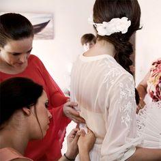 """Paquita se prepara para la ceremonia. Ya lleva la corona de flores """"Ariel"""" by nila taranco  Fotografía: Max Segura"""