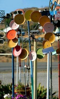 Here is another great idea for garden art. Use a bicycle wheel and attach lids or plates on a broom handle. This would look really cool when spinning from the wind.(280×464)