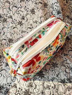 Trousse Zip-Zip colorées cousue par Marion - Patron Sacôtin