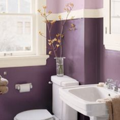 Purple walls for guest/A's bathroom. Bathroom in 2 tone purple                                                                                                                                                                                 Más