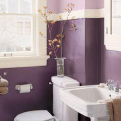 Purple walls for guest/A's bathroom. Bathroom in 2 tone purple                                                                                                                                                                                 Más