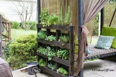 Na internet é fácil encontrar várias dicas de decoração para jardins e que na sua maioria não necessitam de grandes montantes em dinheiro, para mudar o visual de seu cantinho verde. Abaixo algumas dicas criativas, mãos à obra.