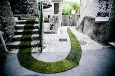 Le tapis rouge par Gaëlle Villedary une installation de tapis d'herbe pour le village français de Jaujac pour les 10 ans du sentier Art et Nature, 2011. 168 rouleaux de pelouse pour couvrir les 420 mètres de parcours, soit 3.5 tonnes de verdure. Traçant des avenues piétonnes dans le centre-ville, son travail entièrement bio, a été créé avec pour intention de relier les habitants du village à la vallée environnante. Cette touche renforce la beauté du lieu.
