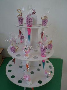 Bases Para Cupcakes Y Conos De Celofan $ 20000 En MercadoLibre cakepins.com Candy Table, Candy Buffet, Baby Party, Baby Shower Parties, Deco Buffet, Candy Stand, Bar A Bonbon, Diy And Crafts, Paper Crafts