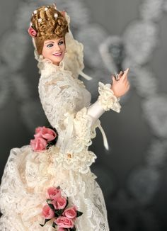 ODETTE (Siglo XIX) Vinyl doll cm 45. 1th edition in white off outfit colour Marin Chiclana/ LLOYDERSON. Vinyl Dolls, Amazing Dresses, Victorian, Colour, Outfits, Fashion, 19th Century, Color, Moda