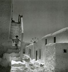 Les jeux d'enfants, les ruines, la mer, la misère... Voula Papaïoannou a photographié l'instant et l'éternité, la permanence et la souffrance pendant la deuxième guerre mondiale et durant...