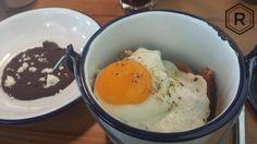 Chilaquiles con huevo y frijoles negros.