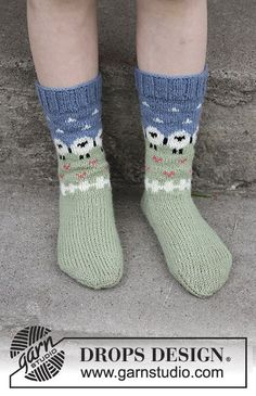 Summer grazing for kids / DROPS children - free knitting patterns by DROPS design Socks with multicolored pattern in DROPS flora. Sizes 24 - Free patterns by DROPS Design. Record of Knitting Wool ro. Crochet Baby Socks, Crochet Slipper Boots, Crochet Slippers, Kids Patterns, Knitting Patterns Free, Free Knitting, Crochet Patterns, Free Pattern, Drops Design
