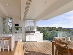 This Palm Beach House renovation in Sydney has louvre windows from Breezway to help the light and airy design enhance the inside and outside connection. Indoor Outdoor Living, Outdoor Rooms, Outdoor Kitchens, Luxury Kitchens, Style At Home, Palm Beach, Parrilla Exterior, Louvre Windows, Outdoor Kitchen Design