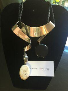 Collar de latón con baño de plata y ágata. FB: Alejandra Aceves Diseño de Autor.