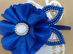 Tiara com flor e folha de pérolas, na cor azul royal, pode ser confeccionada em várias cores, para isso entre em contato conosco.