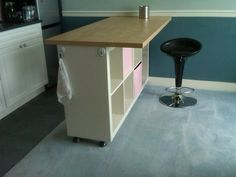 Transformer une étagère IKEA en un bar pratique / Combler les étagères visibles coté salon avec une planche décorée