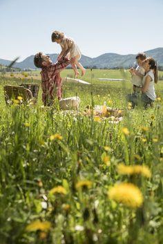 Familienpicknick auf den grünen Wiesen im Naturpark Almenland - Spüren Sie die Natur und genießen Sie die Zeit gemeinsam! #naturparkalmenland #almenland #picknick Foto (c) B. Bergmann Mountains, Nature, Travel, Pictures, Food And Drinks, Summer, Ideas, Voyage, Viajes