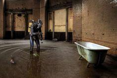 Le plongeur dans la salle de bain, Joachim Beyrowski.  Si vous voulez plus de renseignements sur Joachim Beyrowski et découvrir certaines de ses meilleurs photos, je vous invite à consulter cette page : http://www.declic.photo/magazine/breve/a-53-joachim-beyrowski-un-artiste-digital-venu-dallemagne.html