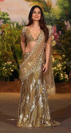 Kareena Kapoor Khan at Sonam Kapoor-Anand Ahuja Wedding Reception : Kareena took the glittery turn and opted for this heavily sequined Manish Malhotra saree and even though the blouse is pretty bold, Kareena is selling every bit of it. Kareena Kapoor Saree, Sonam Kapoor Wedding, Manish Malhotra Saree, Deepika Padukone, Bollywood Actress Hot Photos, Indian Bollywood Actress, Beautiful Bollywood Actress, Beautiful Indian Actress, Bollywood Fashion