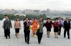 위대한 김일성동지와 김정일동지의 동상에 국제기구대표부 성원들 꽃바구니 진정-《조선의 오늘》