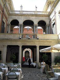 Il Salumaio di via Montenapoleone. Dignified tea time in Milan.