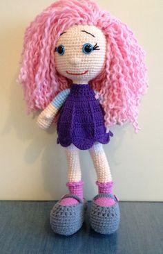 Hermosa muñeca con cabello rizado, realizada con técnica amigurumi