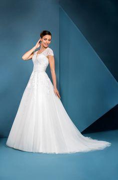 Robe de mariée romantique avec de petites manches en dentelle. Cette robe  est composée d  65270bbbfb0
