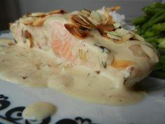 Un poisson light délicieusement sublimé par cette sauce onctueuse et parfumée et ces amandes croquantes ! L'association échalotes/saumon fonctionne vraiment bien, à tester... Pour 2 personnes Niveau: facile Ingrédients: 2 pavés de saumon 1 ou 2 échalotes...