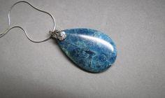 Apatite, pendentif, bleu pétrole, collier bleu, goutte, pierre naturelle, chaîne serpentine et bélière argent sterling de la boutique Bijoubicou sur Etsy