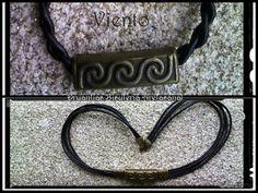 Conjunto Viento compuesto por:  Gargantilla en cuero cuadruple con decoración rectángulo tres runas. Pulsera en cuero trenzado a mano con decoración de rectángulo tres runas. Todo en metal bronce