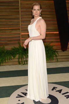 Amy Adams con un diseño de aires grecorromanos con escote asimétrico y la espalda al descubierto