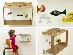 Usando caixa de papelão para fazer uma marionete de peixinhos.