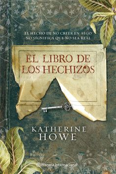 """El libro de los hechizos / Katherine Howe. El verano que Connie debe destinar a decidir el tema de su tesis doctoral, su madre le pide que vacíe y se encargue de la venta de la deshabitada casa de su abuela, cerca de Salem. Allí, Connie encuentra, oculta dentro de una Biblia, una llave que esconde un papelito dentro con las palabras """"Deliverance Dane"""". Investiga y descubre que Deliverance fue una de las mujeres acusadas durante la caza de brujas de Salem en 1692..."""