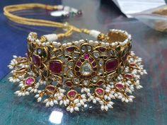 Indian Jewelry Earrings, Indian Wedding Jewelry, Royal Jewelry, Gold Jewelry, Daisy Jewellery, Jewelery, Gold Earrings Designs, Gold Jewellery Design, Necklace Designs