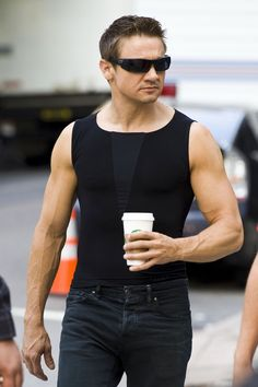 Jeremy Renner arrived 10 minutes to late with a starbucks in his hands xD