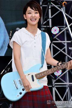 夏フェス「閃光ライオット2013」の開会宣言でギター演奏を披露した剛力彩芽