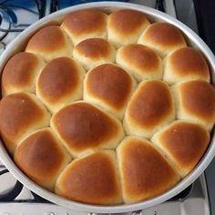 Essa receita de pão caseiro simples e rápido é muito conhecida como pão caseirinho ou pão de minuto. Aprendi como fazer pão Caseiro simples com minha vó.