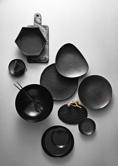Black plates and bowl set Ceramic Tableware, Ceramic Clay, Ceramic Bowls, Ceramic Pottery, All The Small Things, Tadelakt, Restaurant Concept, Parasol, White Clay
