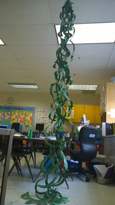 Jack and the Beanstalk Craft - Make Your Own Giant Beanstalk! Kids work together to create a giant beanstalk they can play with in the classroom! Fairy Tale Crafts, Fairy Tale Theme, Traditional Tales, Traditional Stories, Library Displays, Classroom Displays, Classroom Ideas, Montessori Classroom, Classroom Projects