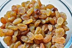The nutrient present in raisins helps to control diabetes as well as to prevent many health problems. Grape Health Benefits, Raisins Benefits, Frozen Grapes, Fruits Images, Iron Rich Foods, Kids Diet, Dried Fruit, Natural Cures, Asparagus