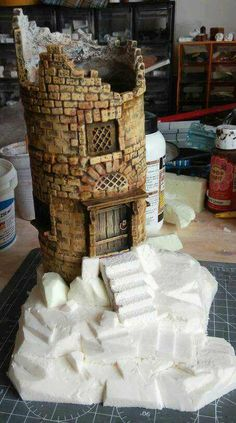 diorama ideas Broken tower from Pringles can Pringles Dose, Pringles Can, Miniature Crafts, Miniature Houses, Dice Tower, Diy And Crafts, Paper Crafts, Wargaming Terrain, Paperclay