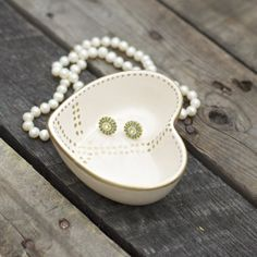 What's better than Pottery Barn? A Pottery Barn DIY knockoff! Give your jewelry a 2nd home, with a Valentine heart peace catchall craft.