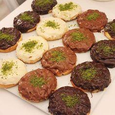 Bu tarif benim senelerdir hiç şaşmayan kurabiye tarifim👌🏼Hamurundaki tereyağı kokusu şahane, beraber fırınlandığında kavrulan fındığın…