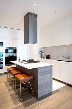 La cocina es de Poliform y el suelo de madera es Oscar Ono.