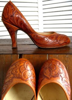 Vintage 1940's hand tooled leather round toe babydoll pumps shoes Pin-Up swing