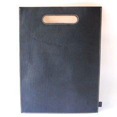 マチなしのとてもシンプルなバッグ。 バッグというか袋ですね。極めてミニマムな作りです。 A4ファイルが入るサイ…