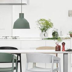Muuto Unfold lamp in groen met de Cover chair van Muuto en Muuto Plus pepermolen in de rode variant.
