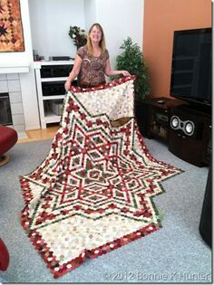Bonnie Hunter with her hexie quilt