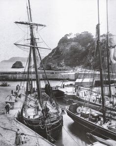 Charlestown, The Harbour One of the key locations for The process involved in loading or unloading ships can be seen clearly here. Cargo is off-loaded from and to horse-driven wagons along wooden gullies directly from and into the hold of the vessel. Charlestown Cornwall, Manhwa, Old Sailing Ships, Merchant Marine, Poldark, Ship Art, Interesting History, Tall Ships, Trip Planning