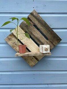 Pallet Diy Easy, Rustic Pallet Ideas, Easy Pallet Projects, Diy Outdoor Wood Projects, Salvaged Wood Projects, Pallet Ideas For Outside, Pallet Shelves Diy, Easy Small Wood Projects, Pallet Kids