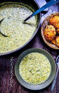 Urläcker och krämig broccolisoppa med ost. Lättlagad och supergod! Använd gärna en ost med mycket smak i soppan, som tex cheddarost. Då känner man av den goda ostsmaken som passar så bra med broccoli. Vi åt vår soppa med chilicheese scones. Det var verkligen pricken över i:et till soppan. Recept på chilicheese scones hittar du HÄR! och på broccolisoppa utan ost HÄR! 6-8 portioner broccolisoppa 1000 g broccoli (färsk eller fryst funkar bra) 1/2 purjolök eller 1 gul lök 10 g smör till stek... Vegetarian Broccoli Recipes, Raw Food Recipes, Soup Recipes, Dinner Recipes, Cooking Recipes, Healthy Recipes, Broccoli Soup, Food Porn, Zeina