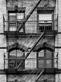 Consejos para conquistar una preciosa Fotografía en Blanco y Negro. Blanco y Negro:Vestidos Fuente: http://www.allposters.com/-sp/Fire-Escape-Stairway-on-Manhattan-Building-New-York-United-States-Black-and-White-Photography-Posters_i10268743_.htm