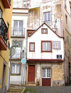 Casa mais antiga de Lisboa Visit Portugal, Portugal Travel, Spain And Portugal, Portuguese Culture, Travel Abroad, Old Photos, Around The Worlds, Country, House Styles