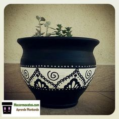 black and white painted terracotta pots Pots D'argile, Clay Pots, Ceramic Pots, Pottery Painting Designs, Pottery Designs, Paint Designs, Painted Plant Pots, Painted Flower Pots, Painted Pebbles